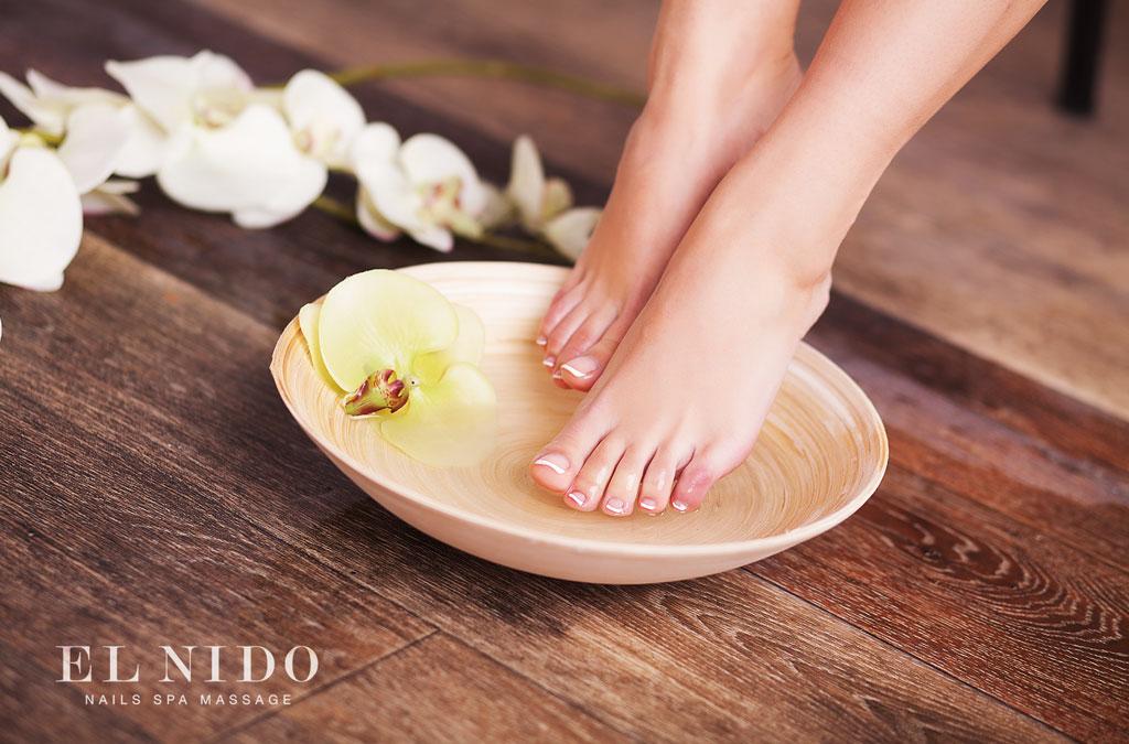 fotografía de unos pies durante un proceso de pedicura